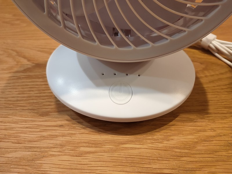 風量は3段階、4つ目のランプは首振り機能です。