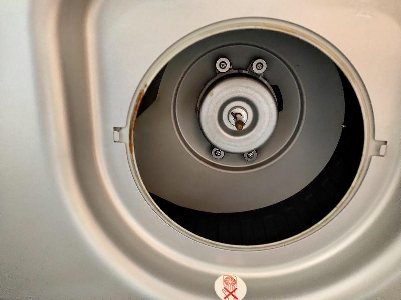 換気扇の中のモーターと先端の軸。